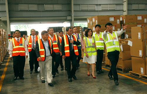 Leaders of Binh Duong Province, together with visitors, are visiting Warehouse 5- TBS Logistics